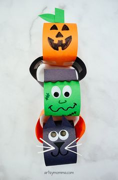 Heres a fun mostly mess-free craft to have the kids make this October - a paper chain Halloween decoration featuring their favorite Halloween characters! Halloween Crafts For Toddlers, Halloween Decorations For Kids, Halloween Activities, Crafts For Kids To Make, Toddler Crafts, Halloween Themes, Halloween Diy, Kids Crafts, Cat Crafts