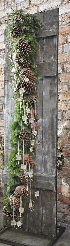 21 Christmas Porch Decoration Ideas - Best of DIY Ideas Christmas Door Decorations, Christmas Table Settings, Christmas Tablescapes, Christmas Pine Cones, Christmas Porch, Rustic Christmas, Natal Natural, Pinecone Garland, Rustic Shutters