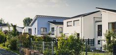 So geht es auch! Einfamilien- und Doppelhäuser bilden eine Einheit. Obwohl fünf unterschiedliche Architekten die Häuser planten. © C. Pforr Planer, Modern, Outdoor Decor, Home Decor, Architects, Detached House, Homemade Home Decor, Trendy Tree, Interior Design