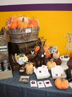 Craft + Show Designs: Craft Fair Booth Designs craft-booth-ideas Craft Show Booths, Craft Booth Displays, Craft Show Ideas, Display Ideas, Fall Craft Fairs, Fall Crafts For Kids, Craft Fair Table, Craft Stalls, Booth Design