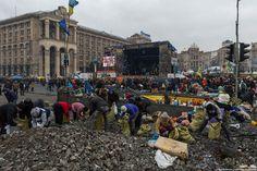 zyalt: Кровавый четверг на Майдане Продолжают разбирать брусчатку. Камни идут на строительство баррикад, песчано-бетонную смесь под ними крошат и заполняют ей мешки.