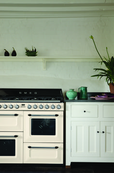 A Smeg cooker looking beautiful in the Classic English Kitchen by deVOL. Modern Country Kitchens, English Kitchens, Cool Kitchens, Retro Oven, Retro Fridge, Kitchen Pantry, Kitchen Cabinets, Kitchen Ideas, Kitchen Trends