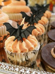 I love this visual for Halloween cupcakes. Could also use small spider rings. Theme Halloween, Halloween Goodies, Halloween Desserts, Halloween Food For Party, Halloween Cupcakes, Halloween Treats, Happy Halloween, Halloween Stuff, Mini Cakes