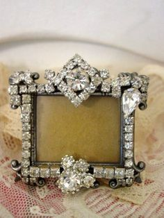 Costume Jewelry Crafts, Vintage Jewelry Crafts, Recycled Jewelry, Homemade Picture Frames, Picture Frame Crafts, Jewelry Frames, Jewelry Tree, Decorative Frames, Antique Jewellery Designs