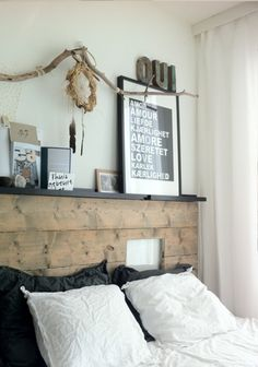 Reader's home – Franca's cozy apartment Bed Headboard Wood, Reclaimed Wood Headboard, Headboard With Shelves, How To Make Headboard, Headboards For Beds, Headboard Ideas, Modern Rustic Bedrooms, Rustic Bedroom Design, Trendy Bedroom