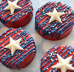 Do you want to make something easy, like really easy? I& pretty sure these chocolate covered Oreo& fit the bill. And you& be the star. 4th Of July Cake, 4th Of July Desserts, Fourth Of July Food, July 4th, Chocolate Covered Treats, Chocolate Bomb, How To Make Chocolate, Dipping Chocolate, Chocolate Art