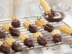 Křehké, klasické vánoční cukroví. Czech Desserts, Chocolate Dipped, Christmas Candy, Tea Time, Cereal, Cooking Recipes, Pudding, Cupcakes, Treats