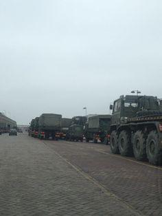 Ruim 50 voertuigen van het Britse leger vertrekken vanuit IJmuiden op 1 maart 2013 onder begeleiding van de marechaussee.