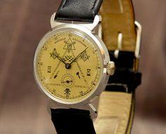Pobeda - Masonic watch - mens watch - 1980th  Fabrikant Pobeda - overwinning.Zeldzaam model - vrijmetselaars-Nieuwe niet gebruikte voorwaarde.Specificaties:Geval - chroom vernikkeldAchterkant - roestvrij staalVerkeer - mechinical 17 ruby juwelen.Riem - nieuw echt leerAfmetingen:Breedte - 33 mm 13 inchLengte - 42 mm 1.65 inchDikte - 10mm - 0.4 inBandbreedte - 18mm - 0.71 inATTANTION!!!Dit horloge heeft een mechanisch uurwerk en moet worden wind door hand dagelijks te laten draaien geen…