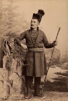 DigitaltMuseum - Man i samisk dräkt. Handkolorerat ateljéporträtt i helfigur.