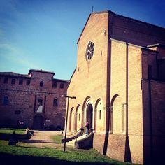Questa é la Chiesa di Santo Stefano che si trova a #Bazzano. Sorge tra la Rocca di Bentivoglio e la Torre dell'Orologio. È un meraviglioso capolavoro romanico. #aroundbologna #twiperbole by @michelazingone