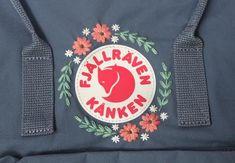 Gestickter Fjällräven-Kenken-Rucksack (Classic Kénken) – World of Flowers Diy Embroidery Designs, Hand Embroidery Designs, Embroidery Stitches, Embroidery Patterns, Art Patterns, Mochila Kanken, Fjällräven Kanken, Estilo Converse, Diy Backpack