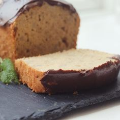 Bananbrød:  4 æg 1 dl sukker 1⁄2 dl olie 2 dl hvid hvedemel 1 tsk. bagepulver 3 modne bananer 50 g mørk chokolade  Pisk æggene til en luftig æggesnaps sammen med sukker. Bland mel og bagepulver. Vend det sammen med æggesnapsen uden at slå luften ud af æggene. Tilsæt olien Mos bananerne og vend dem i dejen. Hæld dejen i en rugbrødsform eller anden kageform. Bag i ovnen ved 170 grader 40 minutter.
