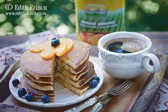 Pancakes cu piersici - pancakes pufoase si lejere, ca un pandispan, aromate cu vanilie si bucati de fructe zemoase. Pancakes, Breakfast, Food, Morning Coffee, Essen, Pancake, Meals, Yemek, Eten