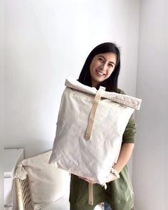 Besuche jesango.de und entdecke praktische, nachhaltige Rucksäcke! Zeitloses Design, multifunktionsfähig und fair und nachhaltig produziert. Das sind die drei Komponenten, die diesen Rucksack besonders machen. Vladi, der Gründer von Nefela-Bags brachte sich das Taschen machen selbst bei und machte es sich zur Aufgabe lokal und langlebig zu produzieren. #fairfashion #jesango #onlineshop #nachhaltig #fairemode #fairerrucksack #rucksack #fashioninspiration #style Lokal, Raincoat, High Neck Dress, Jackets, Bags, Collection, Dresses, Design, Fashion