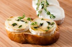 Toasts au chèvre chaud   Mamie Jeanne Antipasto, Feta, Bruschetta, Baguette Recipe, Finger Foods, Cravings, Vegetarian Recipes, Sandwiches, Good Food