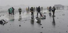 Trümmer der in Rostow am Don abgestürzten Boeing aus Dubai wurden bis auf die Landebahn geschleudert. (Quelle: Reuters) Rostow Am Don, Dubai, Go Around, Street View, Miami, Lost, Airports, Planes, Stars