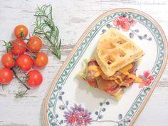 Waffeln mal ganz anders: Waffel-Burger mit Rosmarin und frittiertem Hähnchen. Schnapp dir dieses Traum-Rezept auf www.dilavskitchen.de  #waffel #burger #hähnchen #chicken #bacon