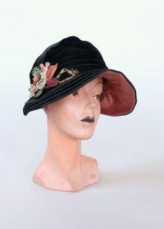 Vintage 1920s Black Velvet Brimmed Cloche Hat