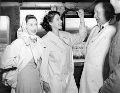 Princess Elizabeth (Queen Elizabeth II) and Princess Margaret during the Royal visit to SA in 1947 Hm The Queen, Her Majesty The Queen, Save The Queen, Edinburgh, Princesa Margaret, Young Queen Elizabeth, Prinz Philip, Margaret Rose, British Royal Families