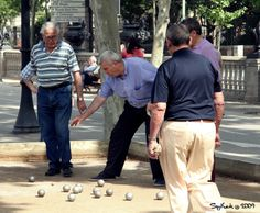 La Petanca, the game of boules, can be practiced at the city's many boules courts. Courts can be found on Calle Paral.lel, Barceloneta beach and around the edge of Parc de la Ciutadella for late night boules. #sport #outdoor #boules #petanca #barcelona #activity