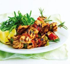 Try this cholesterol free Rosemary chicken skewers recipe with no extra calories but lot of mouthwatering flavors. Delicious Dinner Recipes, Lunch Recipes, Great Recipes, Yummy Food, Healthy Habits, Healthy Snacks, Healthy Eating, Healthy Recipes, Rosemary Chicken