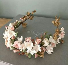 This floral headpiece by is exquisite M… - Haarschmuck Floral Headpiece, Headpiece Wedding, Bridal Headpieces, Floral Headbands, Tiaras And Crowns, Floral Crown, Wedding Hair Accessories, Flowers In Hair, Flower Hair