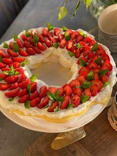 Norwegian Food, Pavlova, Cake Recipes, Cake Decorating, Bakery, Deserts, Food And Drink, Strawberry, Sweets