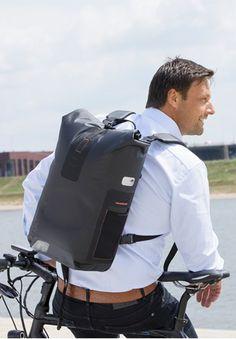 281c5059b7 Le sac à dos Varo, spécialement conçu pour les cyclistes urbains, peut se  mettre