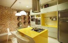 Cozinha moderna branco e amarelo.