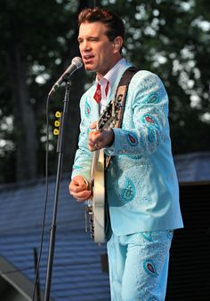 Second favorite suit. Chris Isaak, Rockabilly, Cool Photos, Rocks, Suit, Random, Women, Stone, Batu