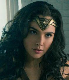 Here's how to get the Wonder Woman tiara look DIY craft.