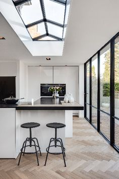 Steel frames - With this project is a door, a steel # roof light and swatches combined - House Rooms, Home N Decor, Home And Living, Glass House, House Extension Design, Classic Furniture Design, Ultra Modern Homes, Home Decor, Home Deco