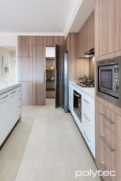 41 modern kitchens in oak - light wood is the trend - newest decoration Oak kitchen fronts, white base cabinets and brown back wallspace separator ideas partition made of wood kitchen and dining roomCountry style, lovingly. Kitchen Pantry Design, Home Decor Kitchen, Kitchen Interior, Home Kitchens, Kitchen Ideas, Modern Kitchens, Kitchen Modern, Kitchen White, Gloss Kitchen
