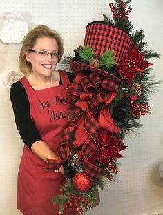 Step by step wreath tutorials - learn how to make stunning wreaths and swags for your front door or to sell on Etsy! wreaths Learn to Make Designer Wreaths & Swags Diy Christmas Decorations For Home, Christmas Wreaths For Front Door, Christmas Swags, Plaid Christmas, Deco Mesh Wreaths, Christmas Centerpieces, Holiday Wreaths, Handmade Christmas, Yarn Wreaths
