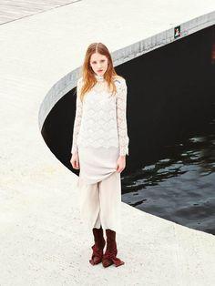 Spitze im Lagen-Look von Bruuns Bazaar: Spitzenbluse (um 220 Euro), Kleid (um 180 Euro) sowie die weiße Hose werden einfach miteinander kombiniert. Dazu