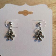 Boucles d'oreille breloque fleur  . modèle unique