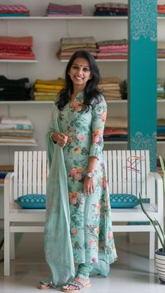Beautiful floral Salwar Hair Style Girl hair style games for girls free Salwar Designs, New Kurti Designs, Simple Kurti Designs, Kurta Designs Women, Kurti Designs Party Wear, Salwar Suit Neck Designs, Dress Neck Designs, Designs For Dresses, Churidhar Neck Designs