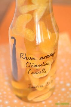 Cinnamon Clementine arranged rum – Winter arranged rum – Mandarin and Cinnamon: – 1 bottle of – 3 ripe clementines – of cane sugar – 1 vanilla pod split in 2 – 1 cinnamon stick – white rum (about 70 cl) Cocktail Drinks, Alcoholic Drinks, Rum, Healthy Cocktails, In Vino Veritas, Limoncello, Mojito, Mixed Drinks, Herbal Remedies
