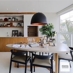 Varanda gourmet l Mesa triangular e lustre, deixaram esta varanda charmosíssimo!!! Projeto @fernandamarquesarquiteta #gourmet #apartamento #decor #arquitetura #arquiteta #design #home #instagramers #photo #blogfabiarquiteta #fabiarquiteta www.fabiarquiteta.com