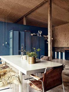 Keltainen talo rannalla: Modernia ja rustiikkia