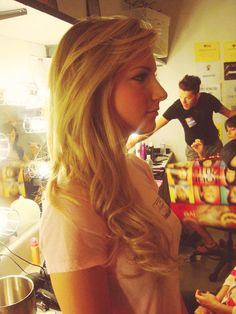 Heather Morris. Ahhhh. So purty. You can kind of see Lea in the right