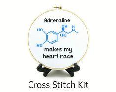 Questa croce cucire caratteristiche kit mio modello di molecola di adrenalina e viene fornito con tutto il necessario per creare il tuo! ★