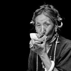 Tibétaine buvant du thé Tibet, The Vanishing, Strong Wind, Nepal, Mustang, Drinking Tea, Buddhism, Mustangs, Mustang Cars