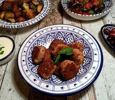 Frikadeller med kaşar peyniri, samt aubergine/tomat-salat, krydrede ovnkartofler og yoghurtdressing med citron og hvidløg