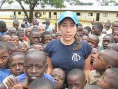 Il campo UNHCR di Nakivale, in Uganda. Nel campo ci sono circa 3.000 bambini rifugiati, dai 6 ai 14 anni, ma solo 25 insegnanti e poche classi. In alcune classi ci sono 300 bambini, che fanno lezione sotto gli alberi, per cui quando piove non possono studiare. Aiuta i bambini di Nakivale, dona ora.  www.unhcr.it/dona