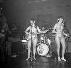Música e peitos. As Ladybirds (também grafado como Ladybyrds) começaram a fazer um som em New Jersey, em meados da década de 1960 – mais ficaram mais conhecidas pelas apresentações em topless do que pelo som em si. A população de New Jersey ainda não estava preparada pra todos aqueles peitos, então elas seguiram para (...)