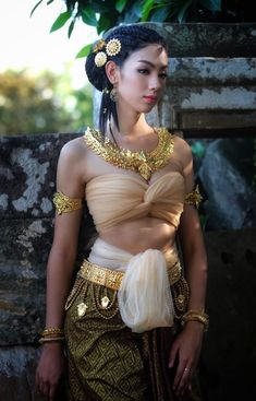 Thai Traditional Dress, Traditional Fashion, Traditional Outfits, Beauty Full Girl, Beauty Women, Hot Seen, Asian Fashion, Fashion Beauty, Exotic Women