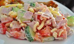 Zutaten 4 Tomate(n) 1 Salatgurke(n) 400 g Käse, (Emmentaler), gestiftelt 400 g Kochschinken 150 g Joghurt 1 Pck. Kräuter, (Salatkräuter Mix) Kräuter, (Gartenkräuter), frische n. B. Salz und Pfeffer Zubereitung Tomaten und Gurken klein schneiden. Kochschinken würfeln.
