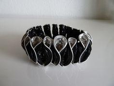 Aus 18 schwarzen (Ristretto) Kaffee-Kapseln gefertigtes Armband, mit Gummiband.  € 17.50